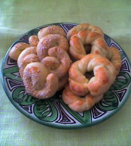 Rhodes-style biscochos and reshas on traditional Jewish pottery from Teruel (Aragon). Photo © Janet Amateau.